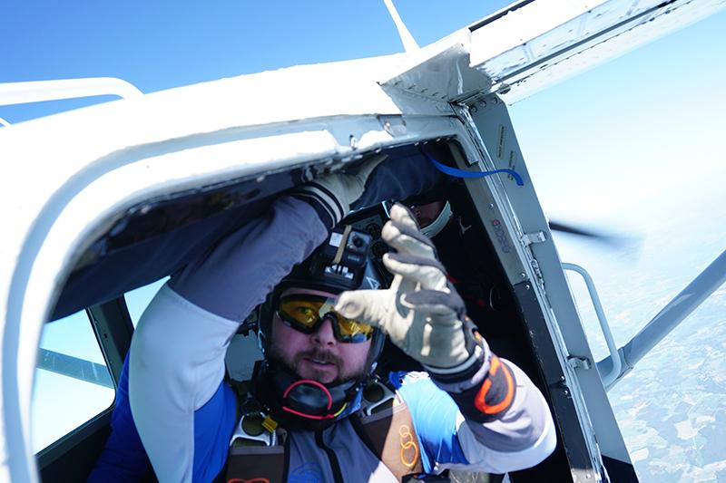 Fallskjermhopper på vei ut av flyet