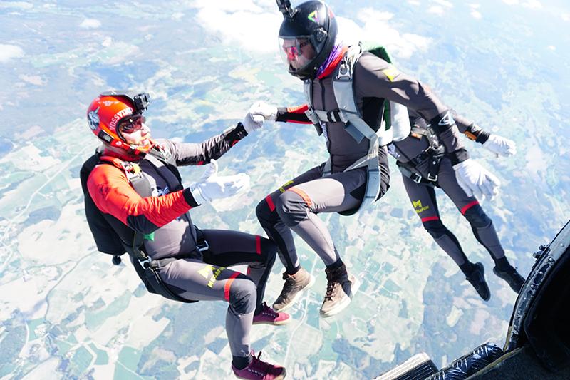 To fallskjerm hoppere i luften